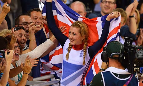 Laura Trott salue ses supporter lors des JO de Londres / Photo : AFP