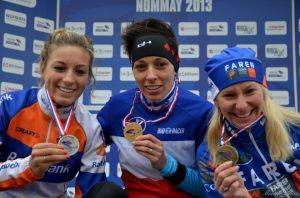 Pauline Ferrand-Prévôt et Christel Ferrier-Bruneau encadrent la nouvelle championne de France : Lucie Chainel / Photo : Marion Denis