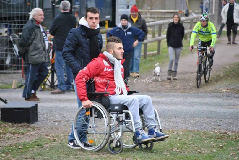 Guillaume_Mouchard_en_fauteuil_roulant_était_présent_aux_championnats_de_France_de_cyclo-cross