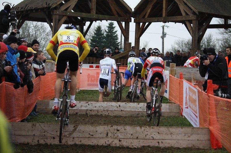 Mehdy Henriet (à gauche) et Hugo Pigeon (à droite) franchissent les planches à vélo