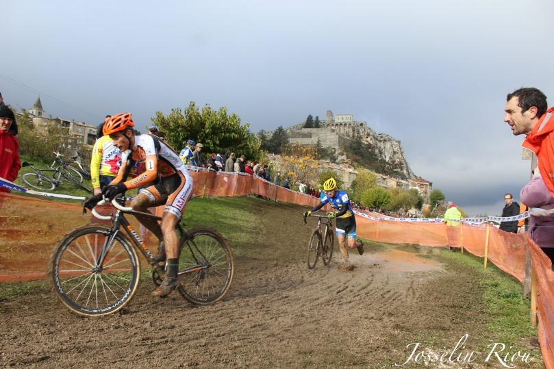 Matthieu Nadal, à droite, pousse son poulain vers la victoire, au pied de la citadelle de Sisteron / Josselin Riou