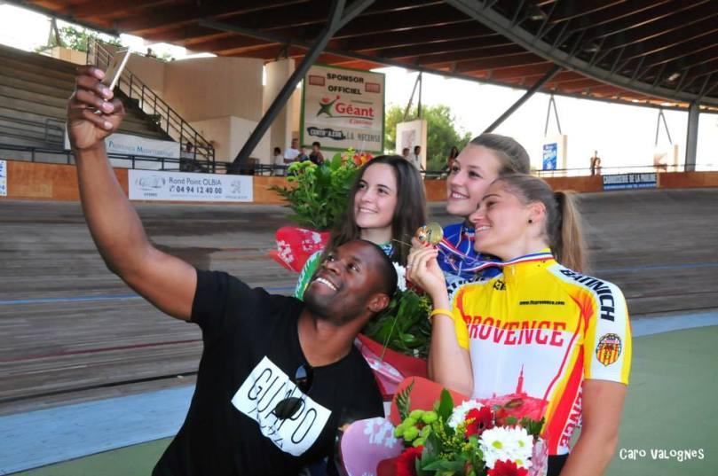 Grégory Baugé, champion du monde en titre de la vitesse, prend un selfie avec Mathilde Gros, au centre, et ses dauphines de l'épreuve de vitesse cadettes