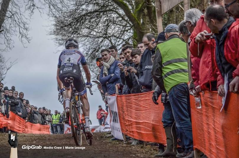 Melvin Rullière encouragé par Tony Periou, le champion de France Espoirs / Marie Lesage - Grip Grab Media Crew