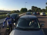 Les automobilistes bloqués sur la piste cyclable.