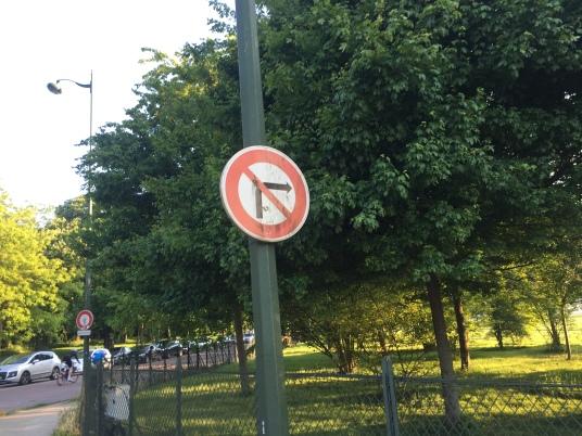 À la sortie de l'hippodrome, les panneaux empêchent les automobilistes d'emprunter la piste cyclable.